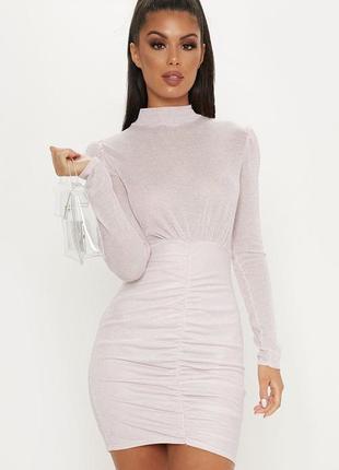 Нежное розовое платье мини с длинными рукавами и открытой откр...