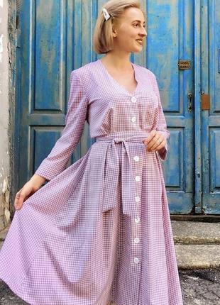 Пудровое платье миди на пуговицах,гусиная лапка