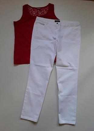 Белые джинсы  18 раз  в подарой красная  футболка
