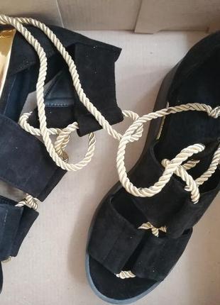 Босоножки на танкетке с завязками  из натуральной замши чёрног...