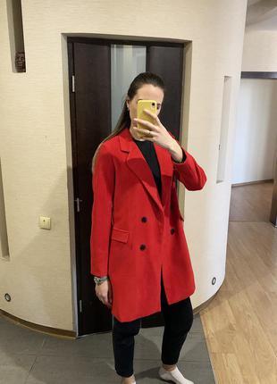 Двубортное пальто красного цвета