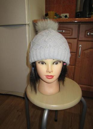 Вязанная шапка на флисе с натуральным помпоном