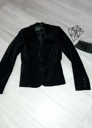 Черный бархатный пиджак