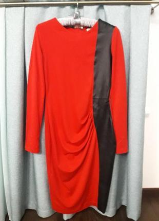 Красное платье с драпировкой из джерси.