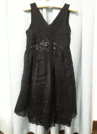 Черное платье с декором под грудью