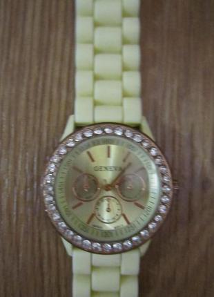 Женские часы geneva женева с камешками сваровски
