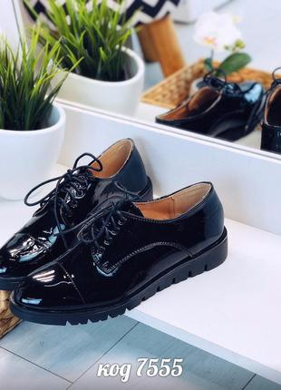 Классические лаковые туфли на низком каблуке