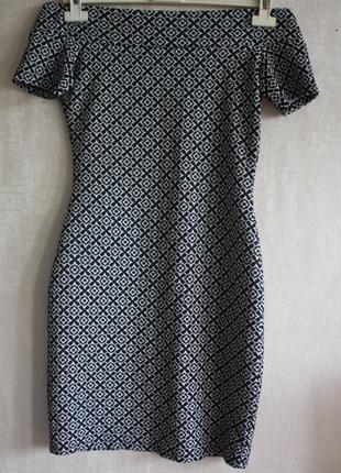 Платье-футляр со спущенными плечами черно-белое принт рисунок ...