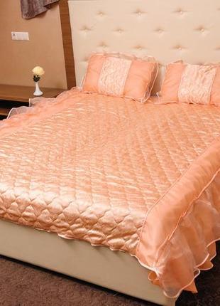 Персиковое покрывало на кровать атлас с рюшами стеганое тм яро...