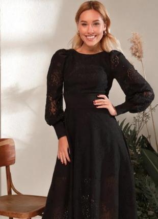 Платье черное из цветочного кружева