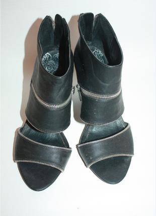 Черные босоножке на каблуке bershka со змейками 38р (к000)