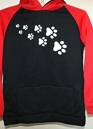 Худи с капюшоном свитшот красный черный с рисунком лапки собач...