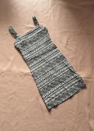 Платье с открытой спиной в принт