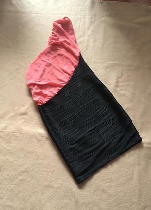 Черно розовое платье с открытым плечом / платье с воланом xs-s