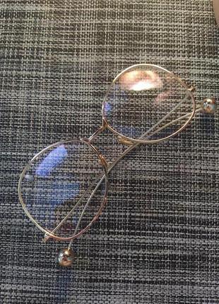 Очки прозрачные с золотой оправой и шариками
