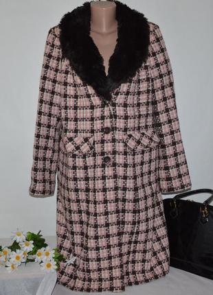 Шерстяное демисезонное пальто с меховым воротником и карманами...