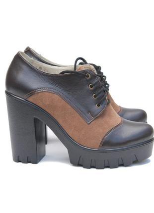 Коричневые туфли на каблуке и тракторной подошве