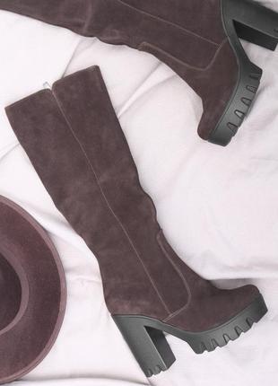 Коричневые замшевые сапоги на каблуке