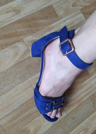 Женские замшевые синие босоножки на низком каблуке с закрытой ...