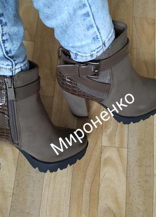 Женские демисезонные ботинки ботильоны на широком каблуке хаки