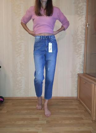 Женские джинсы мом с вышивкой на кармане