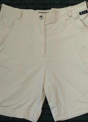 Тонкие бежевые шорты классического кроя