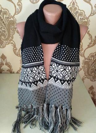 Чёрный шарф с красивым зимним принтом