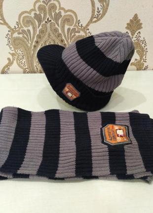 Комплект: шапка с козырьком и шарф