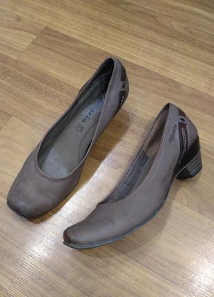 Кожаные туфли tamaris на устойчивом каблуке 37 р./24,5 см