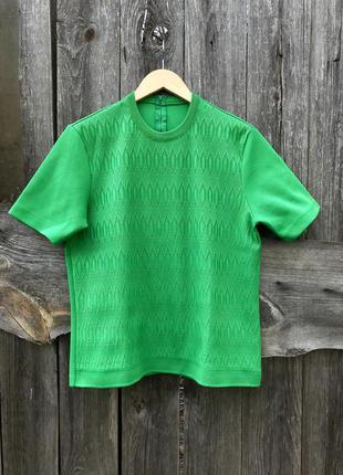 Яркая зеленая футболка блузка