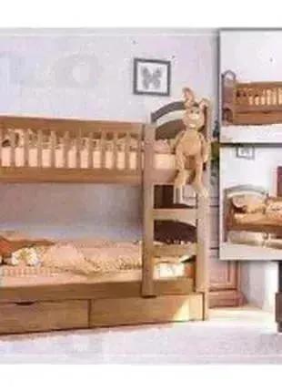 С ящиками и матрасами двухъярусная кровать.