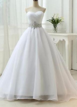 Свадебное платье со шлейфом без бретелек на шнуровке белое