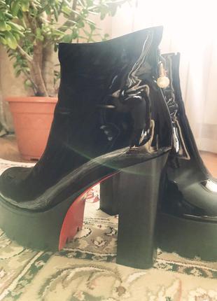 Весенние ботинки на высоком каблуке