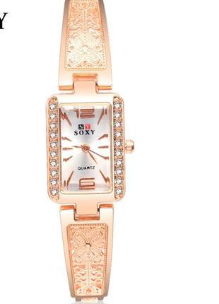 Шикарные наручные часы на металлическом браслете золотой цвет