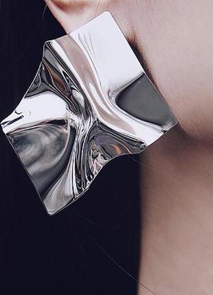 Трендовые зеркальные серьги серебристого цвета