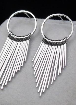 Стильные серьги кольца серебристого цвета