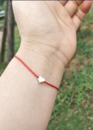 Браслет красная нить с подвеской сердечко золотистого цвета