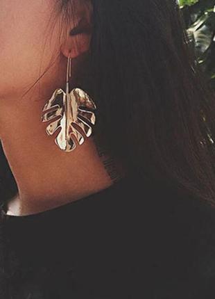Массивные стильные длинные серьги золотые листья