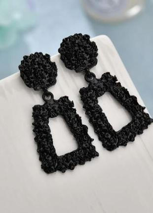 Трендовые серьги маленькие , легкие черного цвета