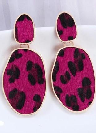 Хищные серьги леопардовый принт в розовом цвете