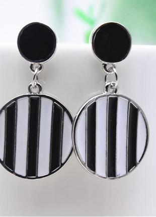 Круглые серьги в черно - белую полоску ( полосатые серьги )
