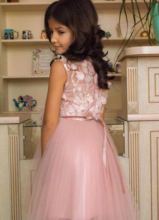 Нарядное нежное пудровое платье с цветами и перьями