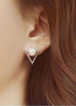 Серьги треугольники с жемчужинкой серебристого цвета