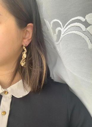 Металлические длинные фактурные серьги золотого цвета