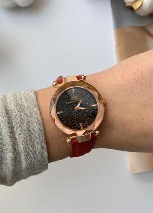 Красивые яркие женские часы, циферблат с блестками
