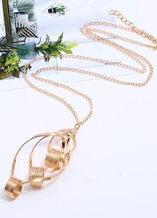 Крупный кулон на длинной цепочке золотого цвета, геометрия