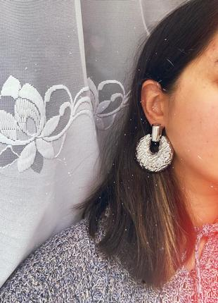 Крупные фактурные женские серьги серебряного цвета
