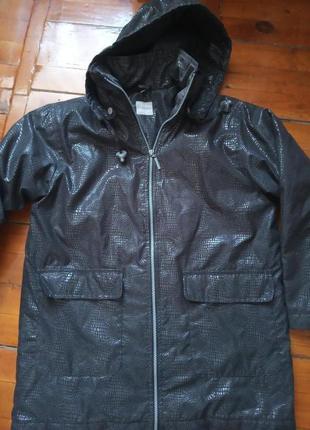 Куртка брендовая,с капюшоном.