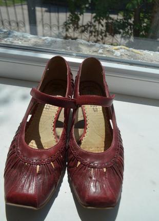 Очень красивые практичные кожаные туфли 38 размера