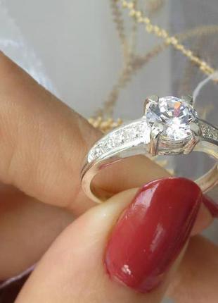 Кольцо с центральным камнем и мелкими камнями